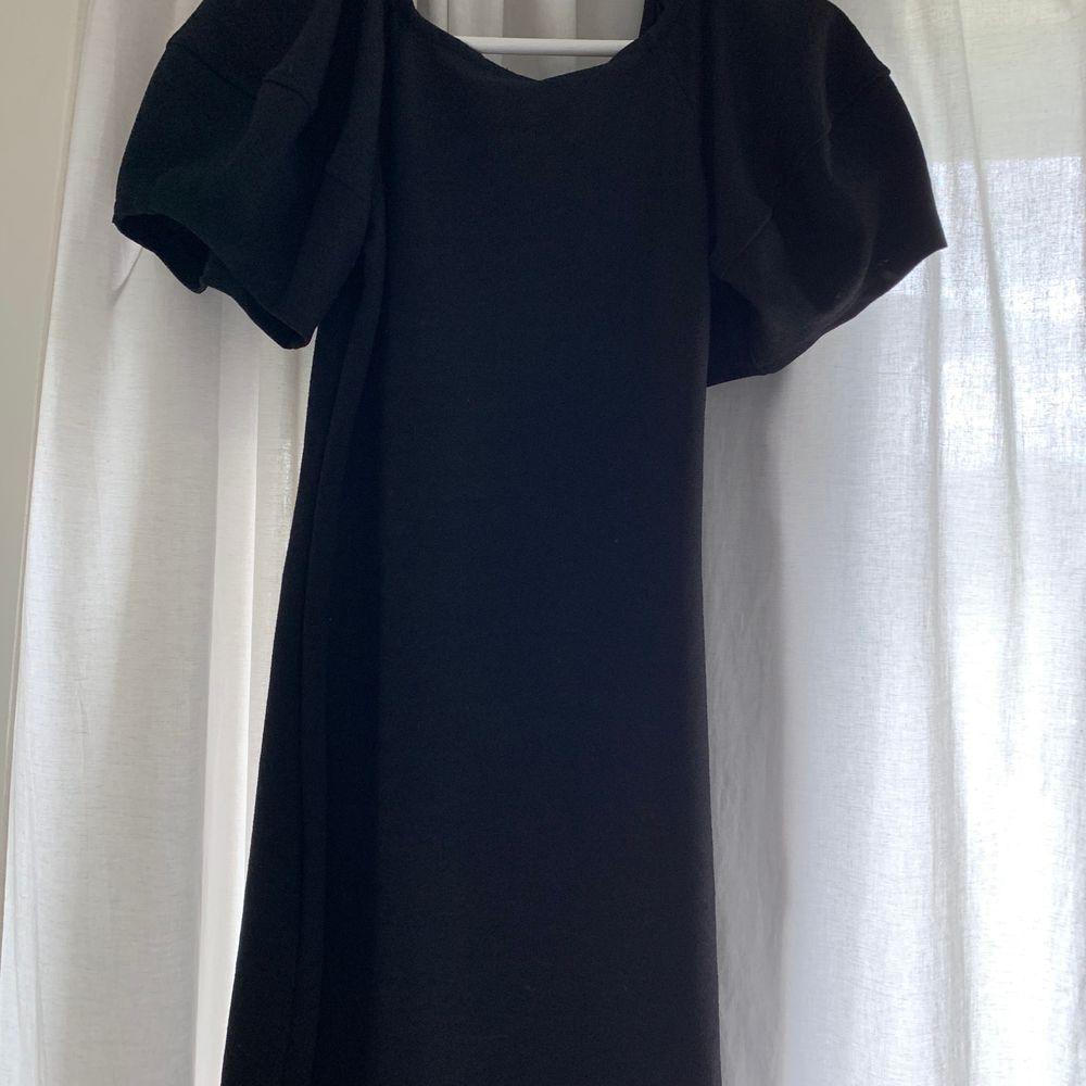 En svart klänning från Zara köpt förra sommaren men aldrig blivit använd! Helt ny och inga defekter! Frakt tillkommer . Klänningar.
