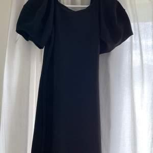 En svart klänning från Zara köpt förra sommaren men aldrig blivit använd! Helt ny och inga defekter! Frakt tillkommer