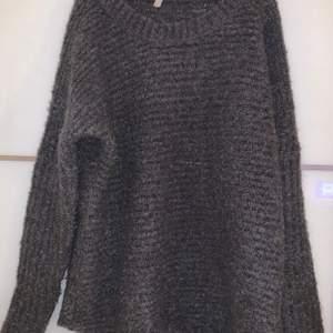 Stickad tröja från okänt märke. Storlek 40. Använd en gång. Priset är inkluderat frakt.