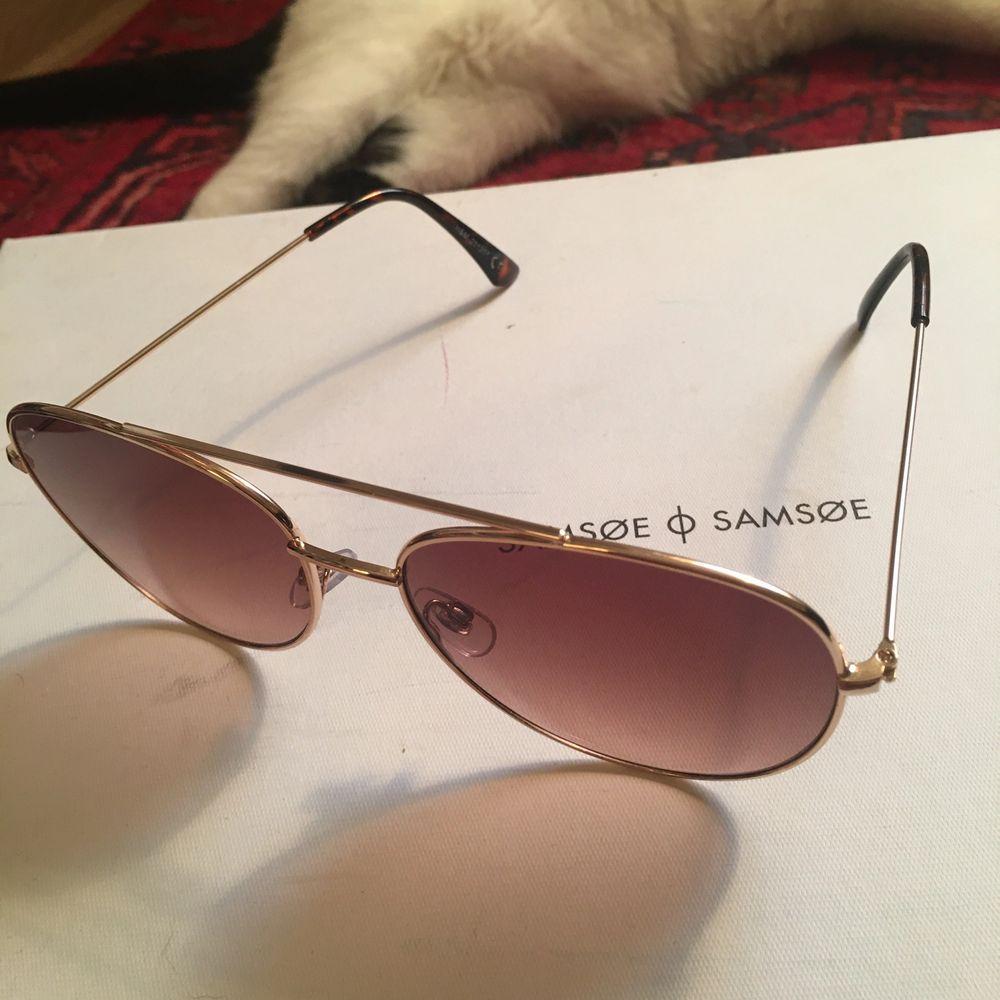 Solbrillor med brunt glas, nya och oanvönda, har legat i sitt fodral!  Köparen betalar frakt på 45kr! 🕺. Accessoarer.