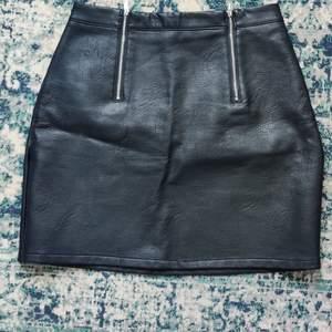 Läcker skinn kjol ifrån ZARA, storlek M. Två blixtlåsar framtill som man öppnar när man ska ta på den. Nästan aldrig använd!! Kropps formad, skriv så skickar jag gärna bilder med den på. Fraktar gärna, köpare står för frakt. Nypris 399.