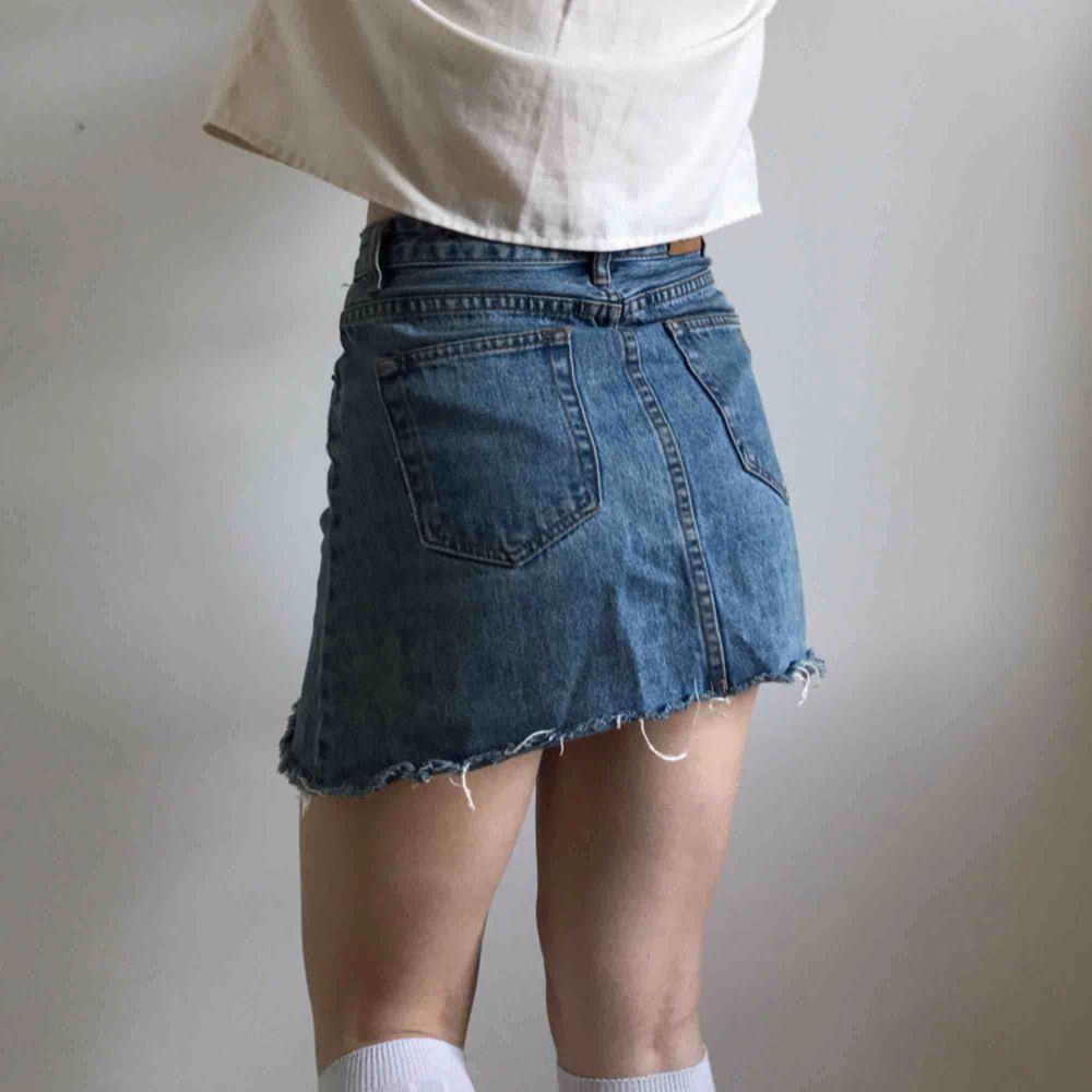 Klassisk, snygg jeanskjol från Insight denim 💘 Endast använd fåtal gånger så i nyskick! Storlek S  Möts upp i Stockholm eller fraktar till en liten extra summa! . Kjolar.