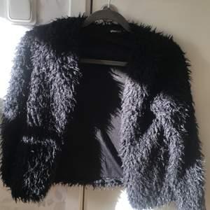 En knappt använd svart jacka från Gina ... storlek Xs och funkar även på Xxs !