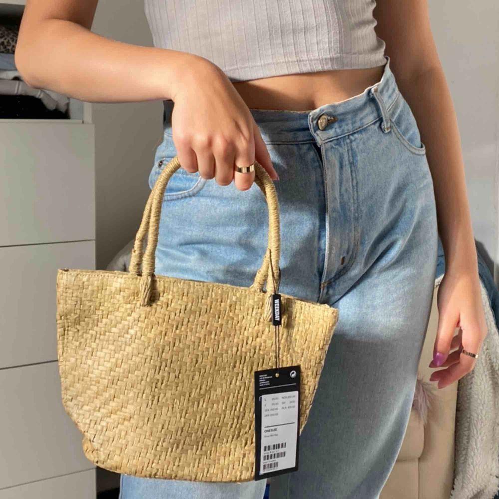 Söt liten handväska från weekday aldrig använt, köparen står för frakt 44kr . Väskor.