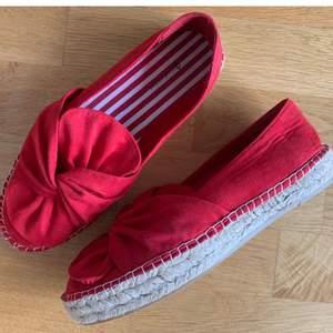 Röda espradrillos skor från Stradivarius. Strl 38. Superfin färg nu i sommar.