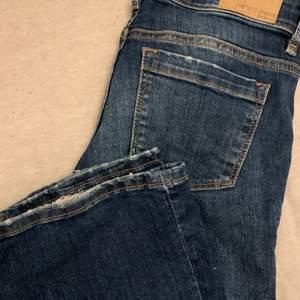 Skitsnygga flare / bootcut jeans från Gina tricot i en mörkblå färg, storlek 36/s. Använda en del, därav finns skav på byxslutet samt fickorna men ser enligt mig själv ut som att det ska vara där⚡️💕