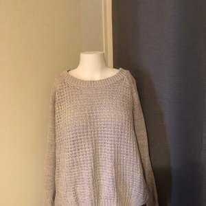 Ljusblå stickad tröja i storlek L (passar S-L). Är i gott skick.