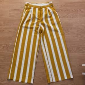 Säljer mina gulovitrandiga byxor från Monki! Har verkligen varit ett par favoritbyxor, men som nu tyvärr är för små😕 fortfarande i superfint skick! Tar endast swish och kan eventuellt mötas upp i centrala Malmö🦋
