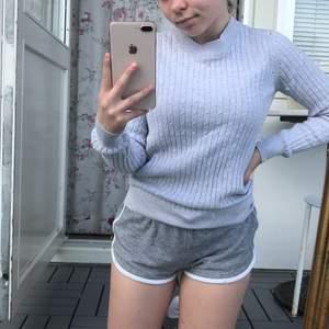 (GRATIS FRAKT) Ljusgrå kabelstickad tröja i mycket fint skick. Knappt använd :)