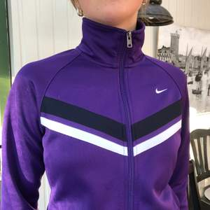 Lila Nike zip hoodie i perfekt skick! Ser olika ut i färgen i olika ljus men den är ganska mörk lila. Storlek L (12-14 år) för barn som motsvarar ca xs/s herr eller s/m tjej. Pris går att diskuteras, tar emot byten, Köpare står för frakt 63 kr 📦