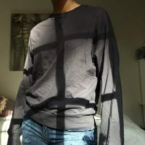 Långärmad tunn grå tröja med lila underton! Köpt från NLY men tyvärr aldrig kommit till användig men alltså i väldigt bra skick. Köpare står för frakt:)