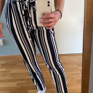 Randiga byxor från Zara i strl XS, bara använda en gång. Kan mötas upp i Malmö annars står köparen för frakten🥰