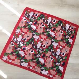Fin silkessjal från Zara med blommönster som kan användas som topp/sjal osv. Fint skick 🌷