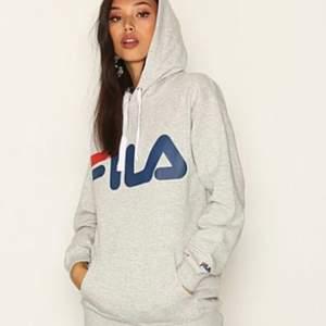 Grå Fila hoodie i fint skick. Säljer den eftersom jag inte får någon användning av den. Köparen står för frakt. Hör av dig om du har några frågor :)