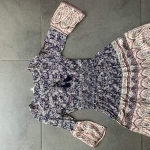 En somrig klänning som slutar ungefär vid knäna. Jätteskönt material. Nästan aldrig använd💕 pris går alltid att diskutera