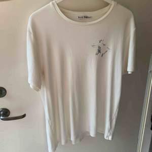 Säljer acne studios hippo tshirt, bra skick, är för liten för mig, är XL men sitter som M!  Vet inte vad jag vill ha för den så ge bud