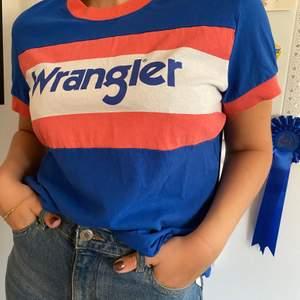 En snygg wrangler t-shirt. Använd 3 gånger. Säljer åt min syster. Kan mötas i Uppsala eller skickas. Köpare står för frakt. Swish💕