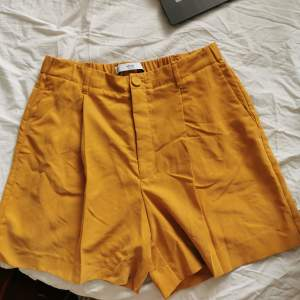 Otroligt fina tailroed shorts från Mango. Svåra att få snygga på bild, behöver strykas också. Mjuk typ lite glansigt material.