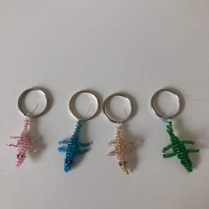 Säljer små nyckelringar av pärlor i form av krokodiler som jag har gjort. De finns i rosa, grönt, champagne och blått. I priset 25 kr/st ingår frakt.