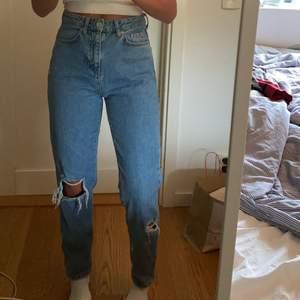 Jeans från Gina tricot, säljer pga av att jag inte gillar passformen på mig. Storlek 34 men skulle säga att de också passar en liten 36. Bara provade. Betalning sker via swish, frakten ingår ej.