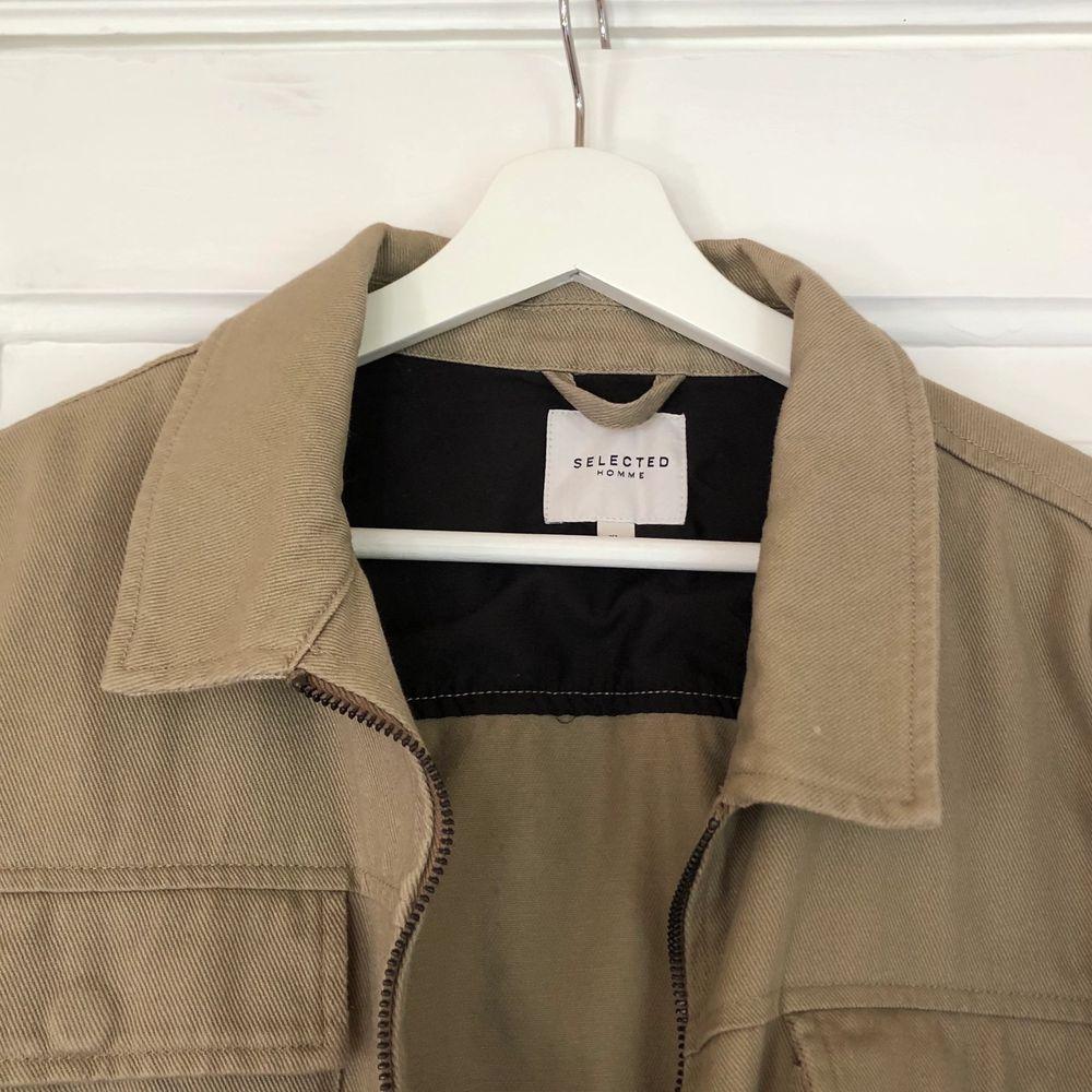 Superfin oversized vintage jacka från Beyond Retro. Mörkt beige i färgen, och väldigt skön. Passar till alla årstider. Sälges på grund av att den inte kommer till användning. Köparen står för frakt. Pris kan diskuteras så båda blir nöjda. . Jackor.