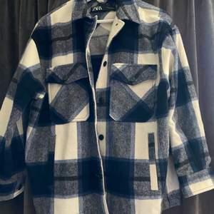 Säljer denna jacka från Zara. Använd en gång så den är i helt perfekt skick. Storlek XS men stor så den passar vem som helst. Nypris ca 500kr, säljer den för 150kr eller lämpligt bud. Frakt tillkommer.😊