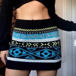 stickad kjol med kort midja, väldigt bekväm och annorlunda