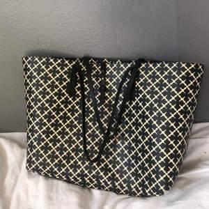 Beställd ifrån hemsidan nelly.com för drygt ett år sedan och köpte den då för 2.300kr. Sista bilden visar en slitning på väskans axelband. Skriv för fler bilder eller om du undrar något. Jag kan mötas i stockholm eller frakta.