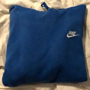 Kollar intresset på denna blåa nike hoodien. Buda gärna i kommentera! Budgivning slutar den 10 augusti! 😊 nypris: ca 450, köparen står för frakten💞