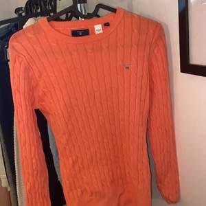 Helt oanvänd kabelstickad tröja från Gant i storlek S, den är inte orange i verkligheten utan mer korallfärgad. Vill bli av med så kom med bud