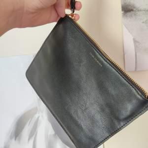 Svart handväska från DON DONNA. Perfekt till fest med en uppklädd outfit eller en enklare handväska att ha med sig på stan! 💘😜 Köparen står för frakt. Nyskick!