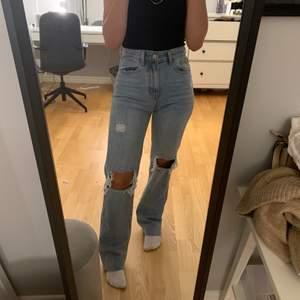Intressekoll på mina jeans, knappt använda. Säljer bara om jag får ett tillräckligt bra bud💕 34. Bud på 740kr