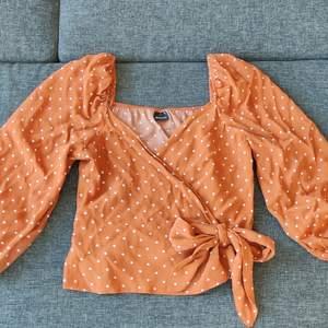 Jättefin omlott blus ifrån Gina Tricot. Tyvärr aldrig kommit till användning då den är för liten omkring brösten på mig. Storlek 38. Skickar gärna, frakt ingår i priset.🤗🤗