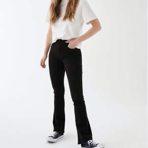 Bootcut Jeans från Gina Tricot💕 Använd ett fåtal gånger❗️Budet börjar på 200kr (Skriv för mer bilder på jeansen i verkligheten då denna bild är lånad)