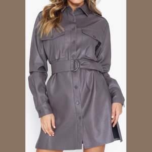 Klänning (kan även användas som jacka) endast testad  🌹 tar inte bilder med plaggen på snälla respektera det 🙏🏼 frakten ingår i priset 🤩