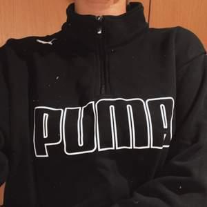 Mysig Puma tjocktröja med tryck på framsidan och dragkedja vid kragen🧚🏼🧚🏼 Det är en Herr tröja men jag använde den som en oversized hoodie, snyggt med cykelbyxor eller mjukisbyxor och chunky sneakers.