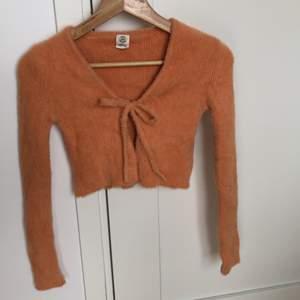 Kort fuzzy orange knyt kofta från UrbanOutfitters, nypris 500kr. Sitter tight på armarna men är väldigt stretchig. Kan mötas upp i Stockholm eller så får köparen stå för frakten🍊🍊 sparsamt använd:)