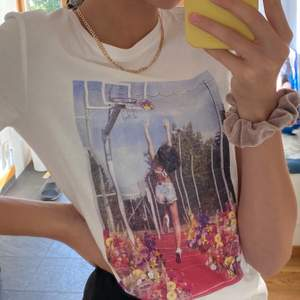 Supercool T-shirt med ett tryck på en tjej som spelar basket💕
