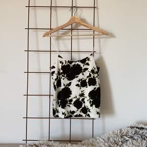 Chic linne som Knappt är använd i storlek XS 🌼 inte ogenomskinlig utan lite tjockare material. kan skicka mot frakt eller mötas upp! 🌞