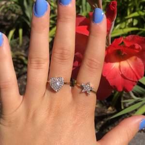 Super gulliga ringar med glitter stenar på💫💍⭐️Storlek M, aldrig använda!!🥰Köparen står för frakten som ligger på 11kr💫
