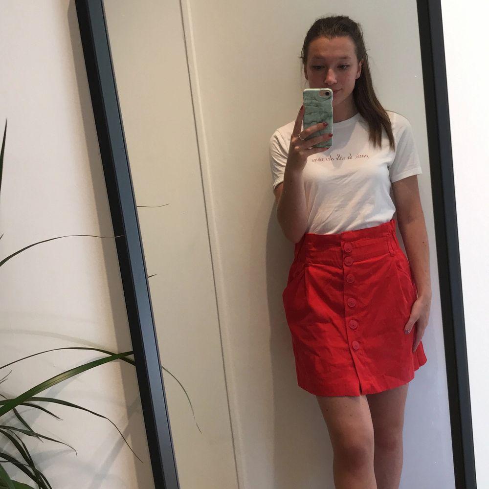 Hallonröd kjol från Zara i stl M. Kjolen är liten i storleken och är mer som stl S. Kjolen slutar ungefär 10 cm från knät, jag som bär kjolen är 161 cm. Endast använd ett fåtal gånger så den är sparsamt använd. Säljes för 50 kr + frakt. . Kjolar.