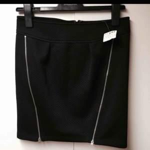 Oanvänd kjol med prislapp kvar. Köpt från Mango i Spanien.