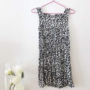 Vit klänning från H&M med svarta leopard mönster och ett fint hål på baksidan på ryggen🌸✨