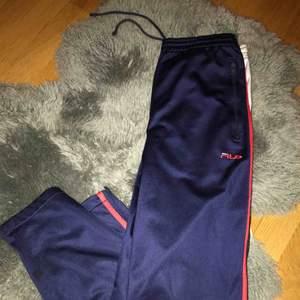 Säljer ett par fina marinblåa FILA byxor. Använt endast ett fåtal ggr. Älskar dessa men behöver cash (😫😫).  Bra skick.  MÖTS UPP I STOCKHOLM!