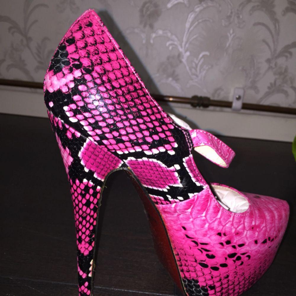 Säljer dessa klackar i storlek 38 för 150 kr! Oanvända och köpta för trippla priset.. Skor.
