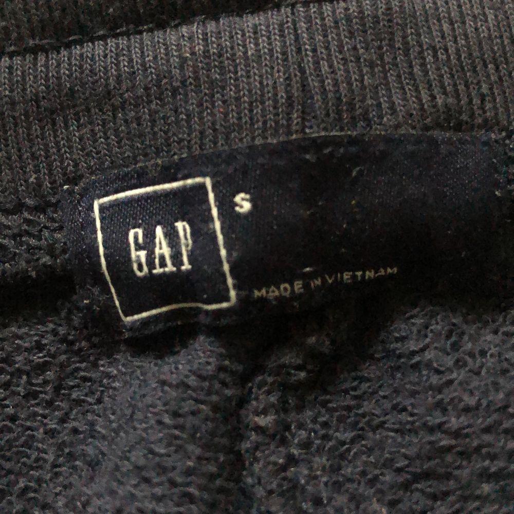 Mörkblå mjukisbyxor/sweatpants från GAP i stl S - passar även XS enligt mig. Nypris ca 300 kr. Går att hämtas i Linköping eller skickas på posten (köparen står för frakt - 63kr) 💕 Skriv om du har fler frågor eller vill köpa byxorna 🤍. Jeans & Byxor.
