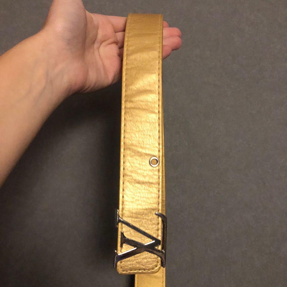 Guldigt Louis Vuitton bälte, vet inte om det är äkta eller ej, oanvänt. Passar mig som är s/m. Säljer för jag inte använder det.. Accessoarer.