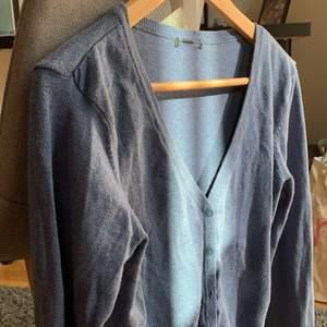 En blå stickad tröja med knappar💙 fin passform och bra längd!