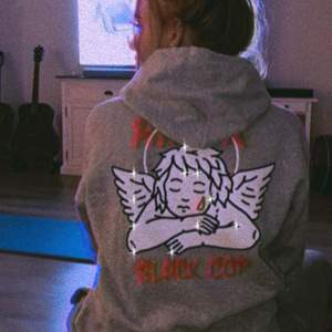 """@BLACKCOPSHOP PÅ INSTAGRAM """"Amor"""" Unisex Hoodie finns i storlekar S-2XL ❕Finns att beställa hem på www.blackcopshop.com"""