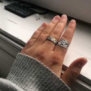 Säljer denna fina ring med stjärnor på som inte kommer till användning. Ringen med stjärnorna på kostar 125kr och är justerbar. Köparen står för frakt!🥰 BUDA I KOMMENTARSFÄLTET!
